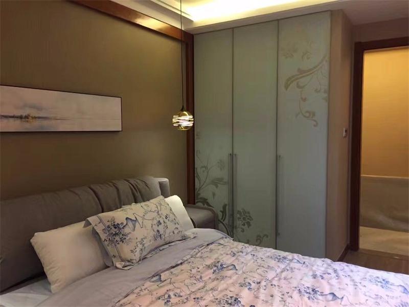 现代卧室衣柜实景图