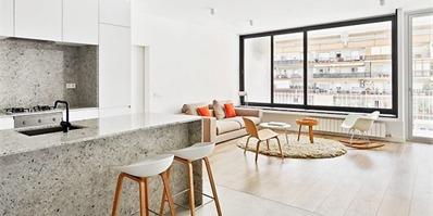 巴塞罗那简约白色翻新公寓